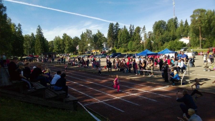 Lopen Hippokisoissa tänään 250 juoksijaa ja sen mukaan sitten kannustusjoukkojakin mukana. Siis äitejä ja isiä, mummoja ja vaareja ja kummia ja kaimoja. Hieno tapahtuma.