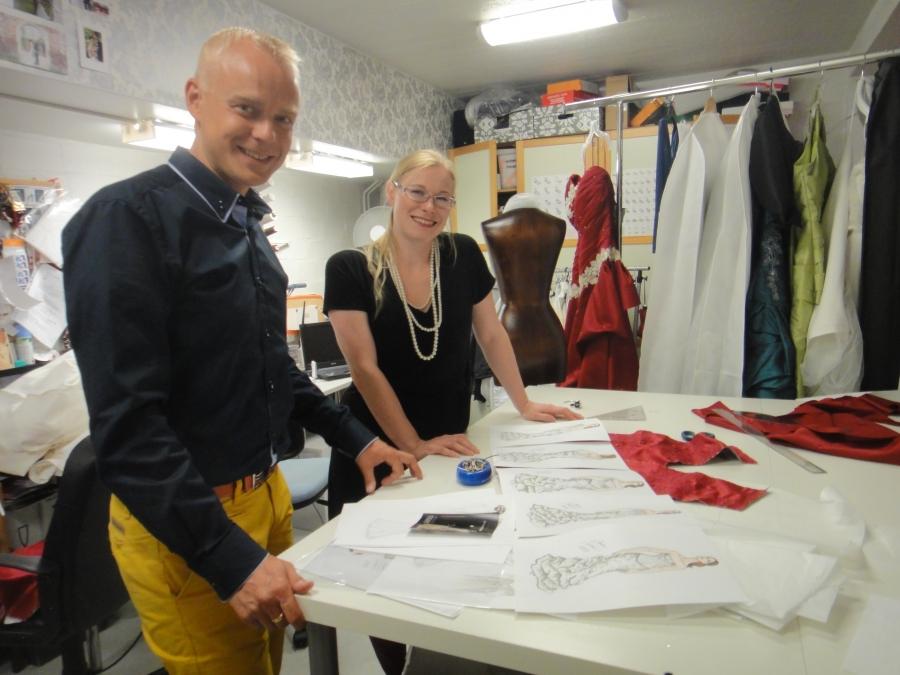 Revelations - juhlapukuliike astetta räväkämmällä asenteella. Yritysvierailulla tutustumassa Aurora Raiskisen upeaan yritykseen ja osaamiseen Hämeenlinnassa.