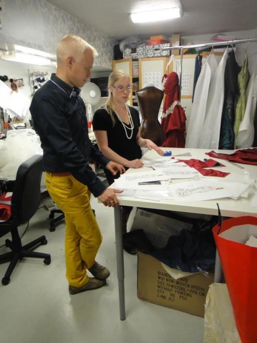 Ja suunnitelmista muotisuunnittelija Aurora Raiskinen tekee itse kaikki työvaiheet valmiiseen luomukseen asti.
