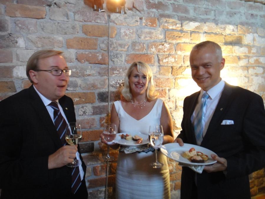 Pari tunnelmakuvaa Hämeen Liiton 60-vuotisjuhlista Hämeen Linnasta. Tässä Hämeen maakuntajohtajan Timo Reinan ja OAJ:n Heljä Misukan kanssa linnan salissa.