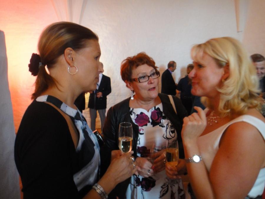 Ja tässä sitten Hämeen Liiton maakuntahallituksen jäsen Eeva Pyhälammi ja Eija Aittola keskustelemassa päivähoitoasioista Heljä Misukan kanssa.