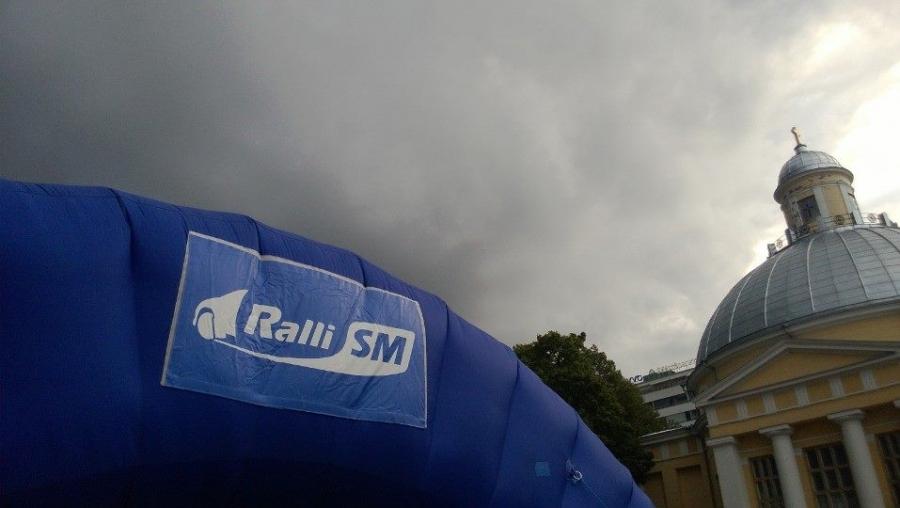 Tällaisen mustan pilven alla eilen SM Rallin käynnistimme Turussa, mutta onneksi vettä vain yöllä ja aamusta ja näin saimme kilpailun ajaa ja katsella kivassa kesä säässä.