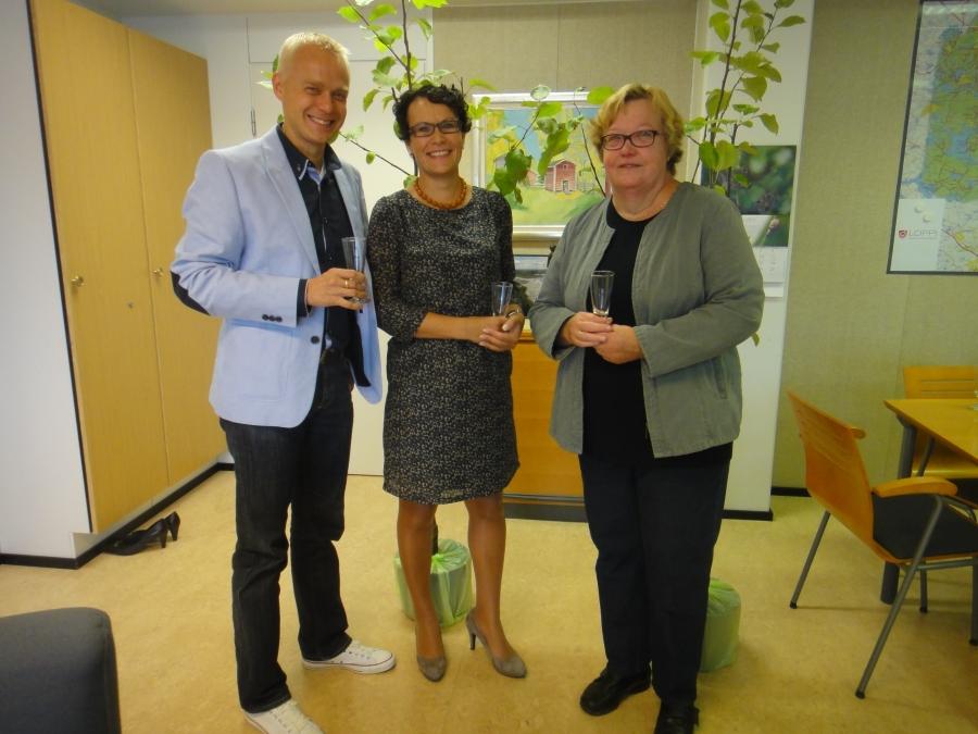 Tänään kävimme Lopen Kokoomuksen kanssa onnittelemassa kunnanjohtajaamme Karoliina Viitasta. Veimme Sirpa Hopearuohon kanssa Karkolle kaksi valkeakuulasta. Toinen puista tulee kunnantalon pihamaalle ja toinen Viitasten kotiin. Iloa siis kaikille.