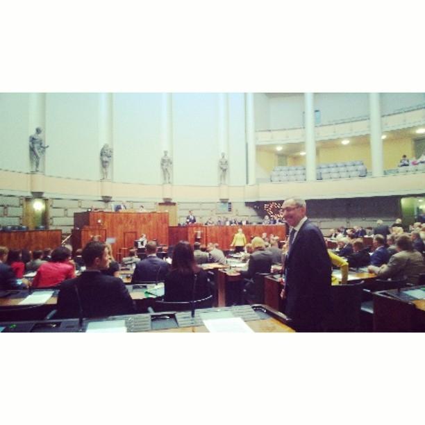 Ja sitten salissa jo täydessä työn touhussa. Pääministeri Jyrki Katainen avasi syysistuntokauden rakennepaketin esittelyllä ja ajankohtaiskeskustelulla.