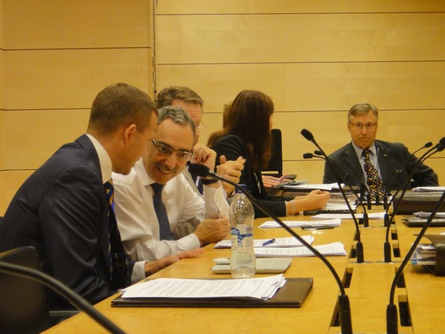 Tänään aloitimme Ulkoasiainvaliokunnan kanssa uudistetussa aiempaa suuremmassa kokoushuoneessa. Tässä meidän jengi eli puheenjohtajan paikalla istuva Pertti Salolainen, Sari Sarkomaa, Ilkka Kanerva, Ben Zyskowicz, Petteri Orpo ja minä UAV:n kokoomusryhmänä.