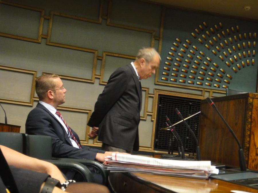 Ja istunnon aluksi ensimmäinen kyselytunti. Tänään työnsä jälleen kansanedustajana aloittanut Jörn Donner heti kyselytunnilla Syyria-asiasta äänessä.
