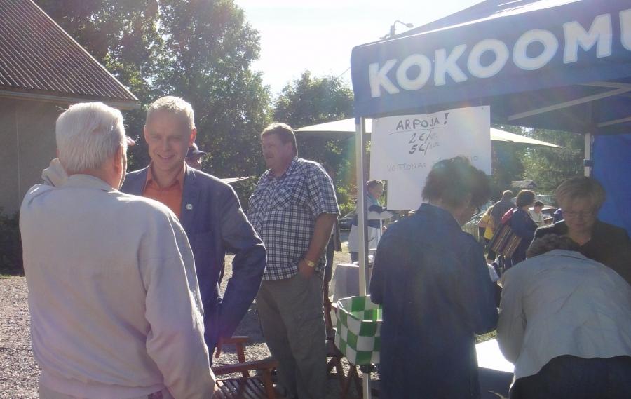 Kärkölän Maalaismarkkinat 7.9.2013. Kokoomus Kuuntelee... Kesäkiertueeni tämän viikonlopun ensimmäiset markkinat. Ennätysmäärä Kärkölässä myyjiä ja väkeäkin ja sääkin suosi.