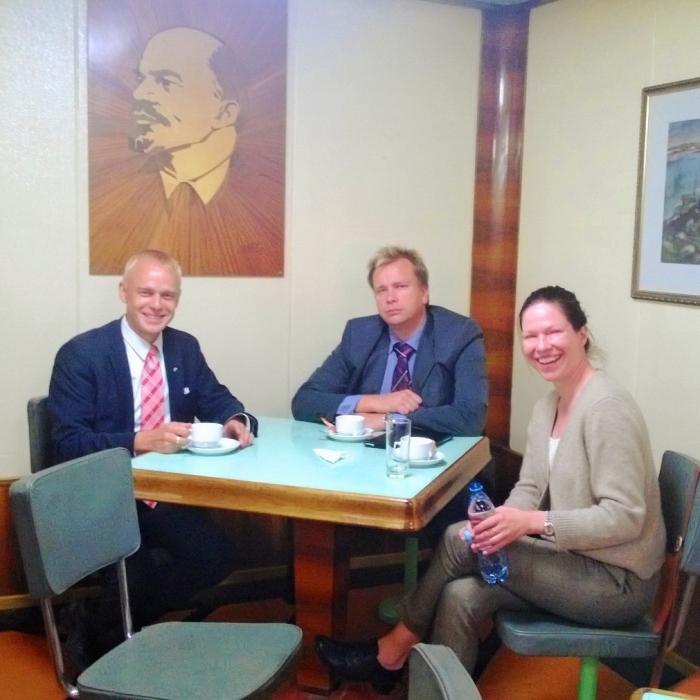 Maailman ensimmäisen ydinkäyttöisen jäänmurtajan Leninin kahvipöydässä Anni Sinnemäen ja Antti Kaikkosen kanssa Murmanskin satamassa.