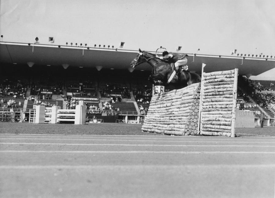Tältä meno näytti Olympiastadionilla vuonna 1952. Kuvassa Suomen silloisen joukkueen jäsen Henrik Lavonius ja Lassi gp-radalla. Kuva Suomen Urheilumuseo.