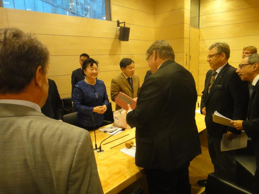 Tässä ulkoasiainvaliokunnan kanssa tapaamassa Kiinan kollegoitamme.