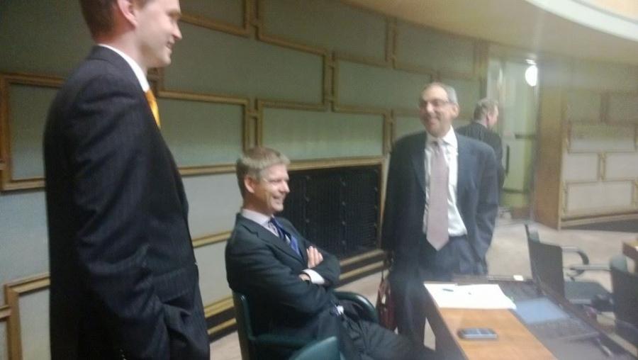 Pieni tauko istunnossa. Tässä Ben Zyskowicz, Sampsa Kataja ja Heikki Autto.