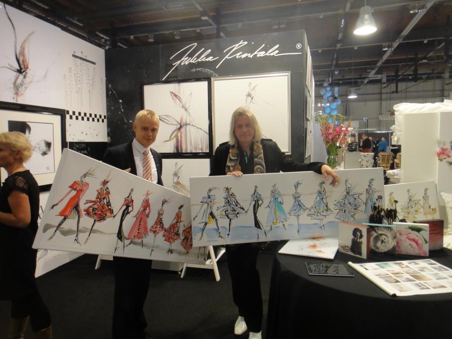 Jukka Rintalan uudet Catwalk-sisustustaulut ovat messujen yksi ehdoton ykköstuote. Taiteilija tekee työt valmiiksi paikan päällä ostajan toiveiden mukaan. Yksilöllisyyttä.