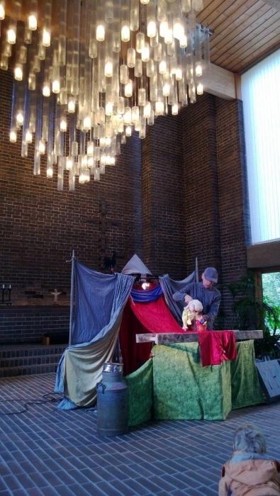 Ja sitten lasten pyhän ohjelma jatkui Kappelissa nukketeatterin parissa.