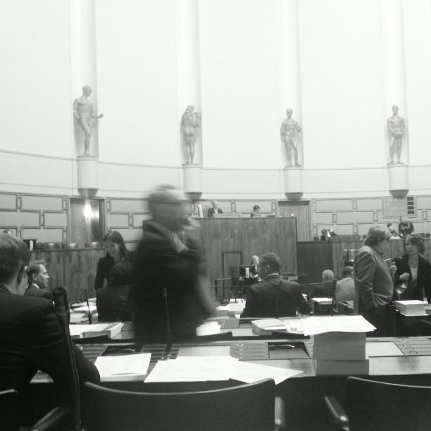 Eduskunnassa jälleen täysi vauhti päällä. Tänää välikysymyskeskustelu ja normaali valiokuntapäivä pitkästä aikaa.