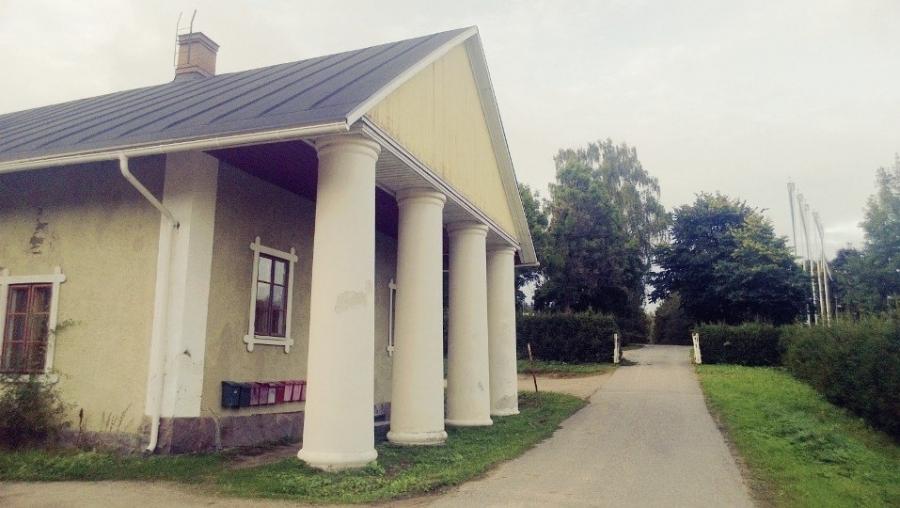 Espoon Gumbölen 110-vuotias talli ansaitsisi kyllä tulla remontoiduksi ja uusi maneesikin alueelle sopisi. Upea miljöö ja kaunis paikka. Historiaakin.