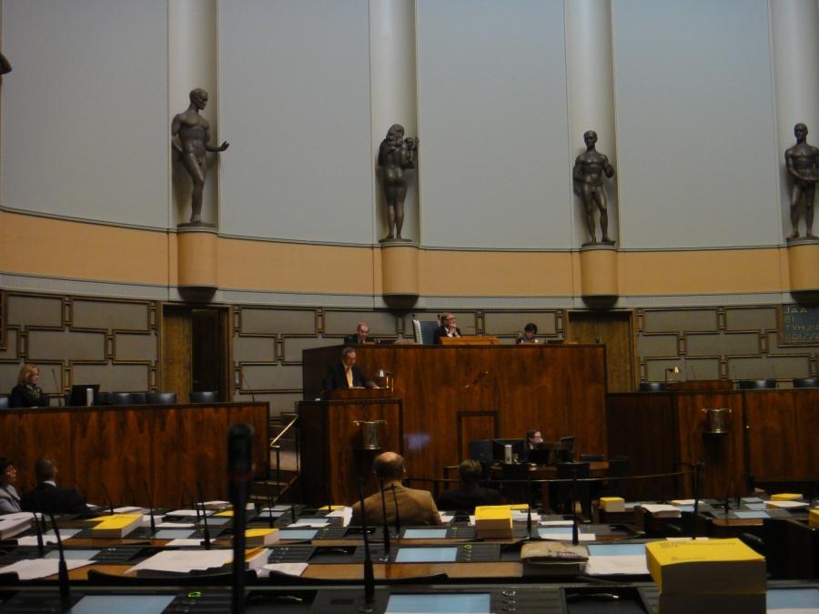Ja iltapäivällä lyhyt täysistunto. Ben Zyskowicz puhumassa ja istuntoa johtaa puhemies Pekka Ravi.