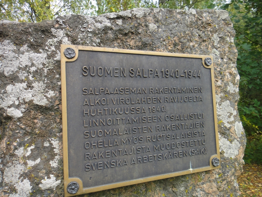 Ja pihapiirissä upeaa suomalaista historiaa. Kunnia. Isänmää. Päärakennuksen molemmin puolin kaksi Salpa-aseman, linjan, bunkkeria ja pitkä pätkä tuota historiamme kannalta tärkeää ja arvokasta Salpalinjaa myös silmien edessä.