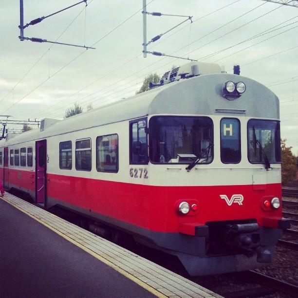 Ja kaiken kaikkiaan kuudessa eri junassa. Tai oikeastaan kolmessa eri junassa, kussakin kaksi eri kertaa, tänään matkalla Riihimäeltä Kymiin ja takaisin. Junassa on tunnelmaa.