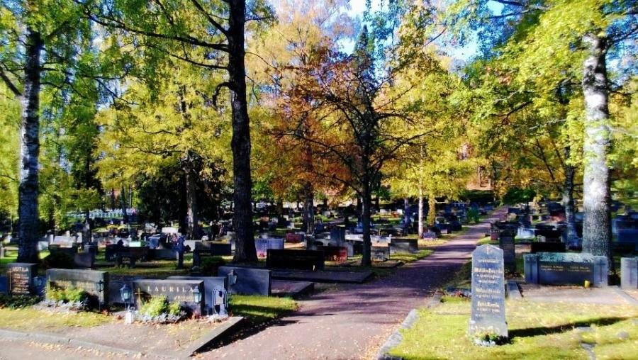 Päiväkävely vei lapsen kanssa Lopen vanhalle hautausmaalle.