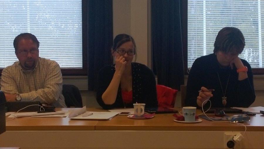 Kunnanhallitus väänsi ensi vuoden budjettia tänään 7.10.2013. Isot haasteet ja kova työ. Mutta tämä porukka pystyy. Kaikki tuki vaativalle työlle. Kuvassa vasemmalta Jarmo Laukkanen, kunnanhallituksen varapuheenjohtaja Tiina Seppälä ja Karoliina Saari.