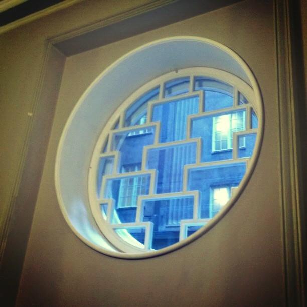 Yksityiskohta eduskunnasta: Käytävän ikkunoita muurin sisäpihalle. Talo rakentuu tietyllä tavalla neljän kivitalon piiristä. Keskellä viiden kerroksen korkuinen istuntosali ja sisäpihat. Rakenne tuo taloon paljon luonnonvaloa joka puolelle. Yksityiskohtia lisää Instagramissa. Mm. eilen näkymiä hieman harvemmin nähtävistä kuvakulmista. Kurkatkaapa.