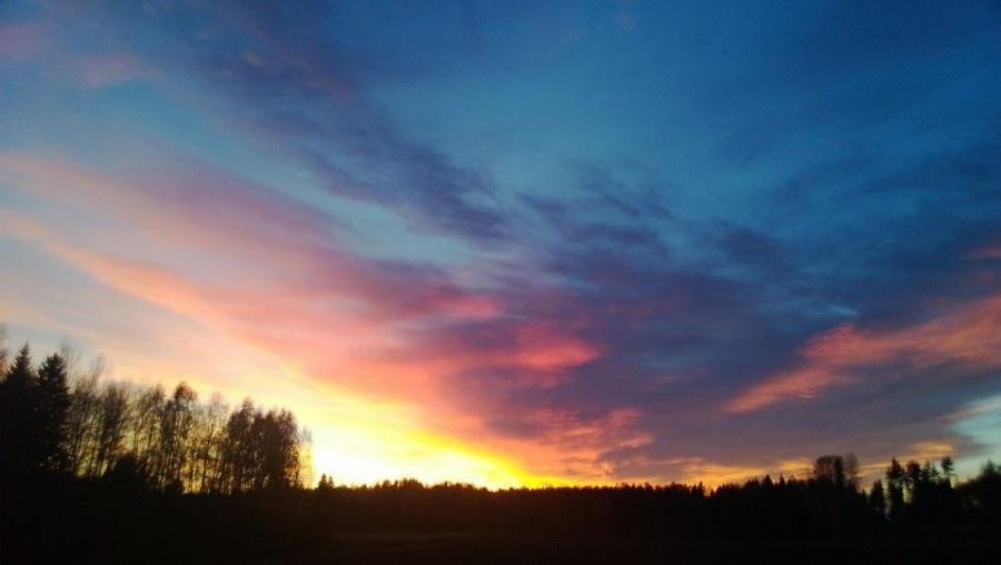 Juuri hetki ennen pimeää Lopen Järventakana Niitulla.