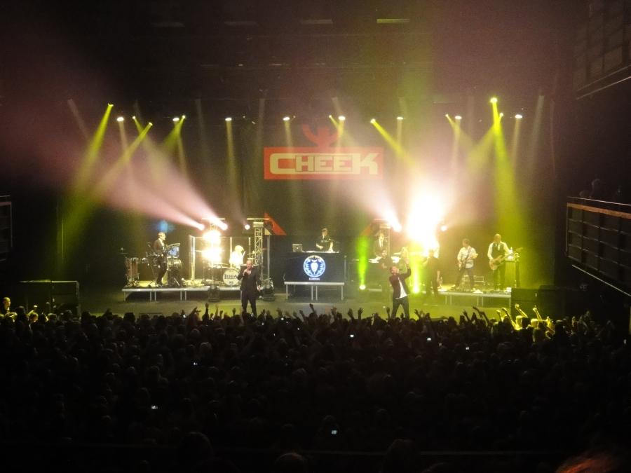 Kulltturikummini Cheekin ensimmäinen konserttisali livebändin kanssa 13.10.2013 Verkatehtaalla.
