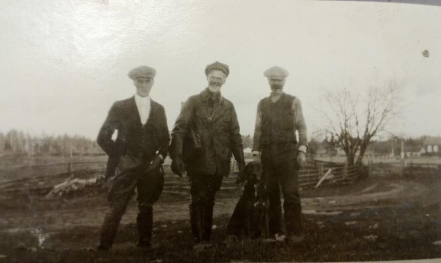 Miina ja kolme poikaa Lopen Hevosojan raitilla 1924.