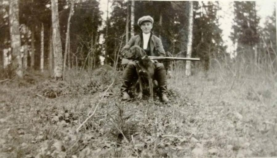Ja vaarini Paavo Heikkilä metsällä 1924.