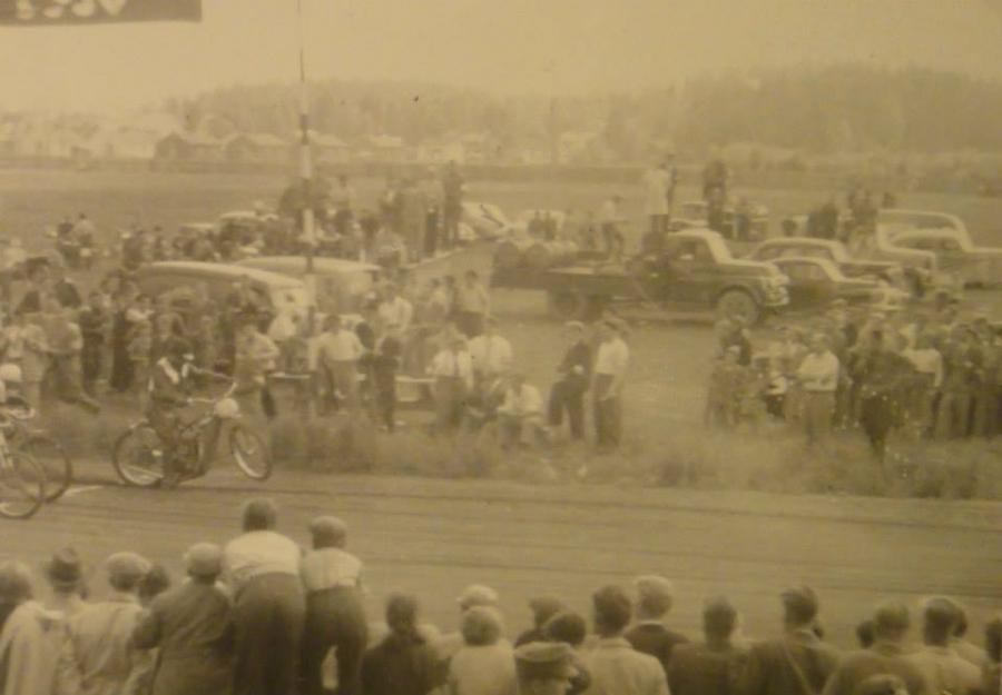 Ja missäs tämä? Riihimäen Raviradalla ajettu 1950-luvulla maarataa. Onko sieltä?