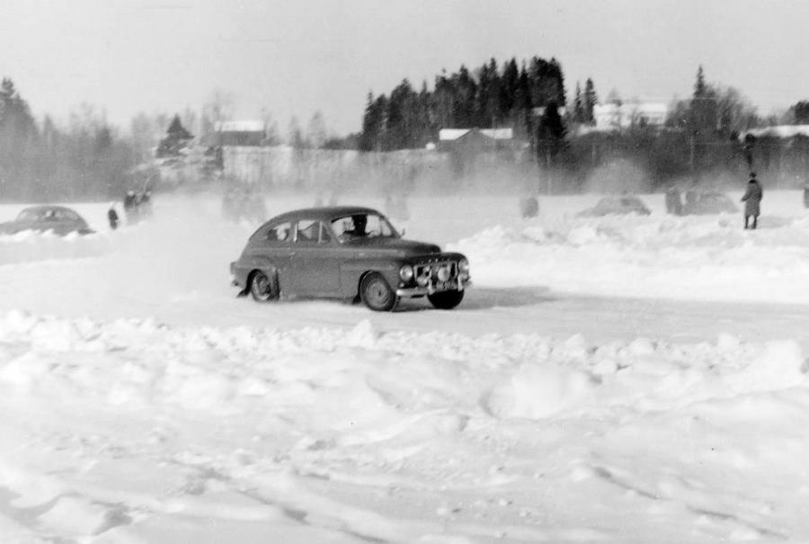 Enoni Pekka Heikkilä Loppijärven rääradalla Volvollaan.