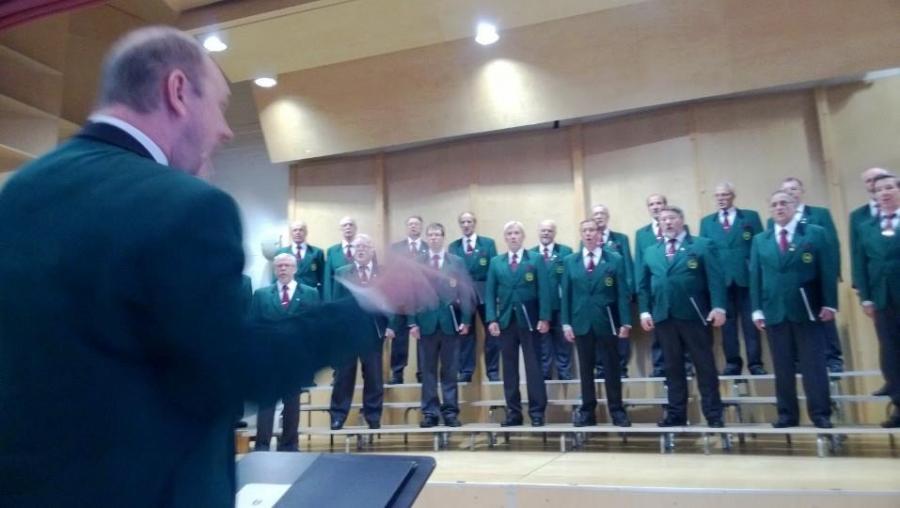 Onnea vielä Lopen Mieslaulajat! Tässä upea kuoro Petri Lindbergin johdolla Loppisalissa 45-vuotisjuhlakonsertissaan.