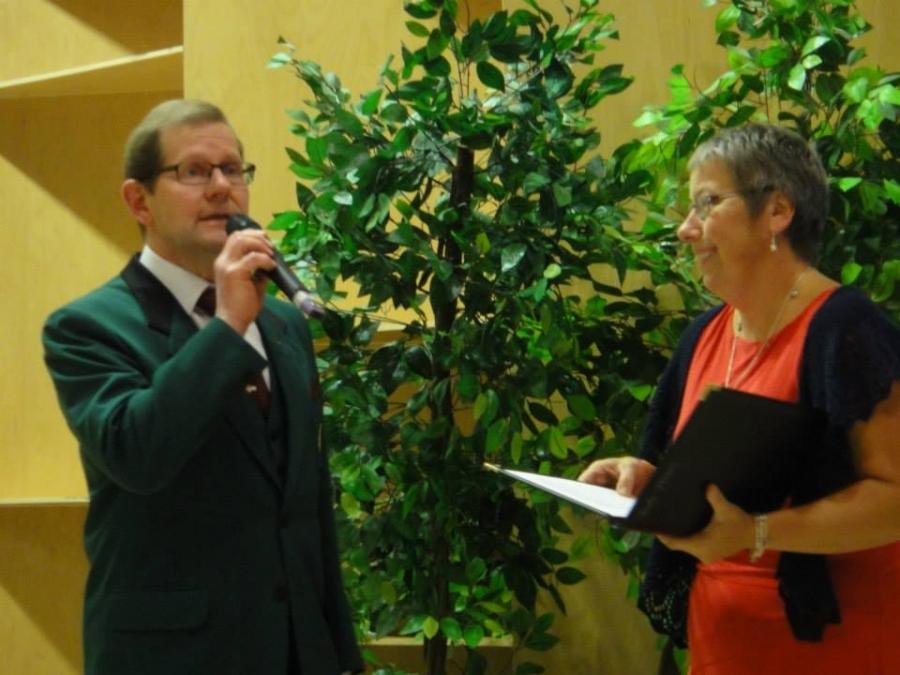 Juhlan juonsi kulttuurijohtajamme Tuula Pirinen ja mikrofonin kanssa Mieslaulajien puheenjohtaja Yrjö Heimonen.