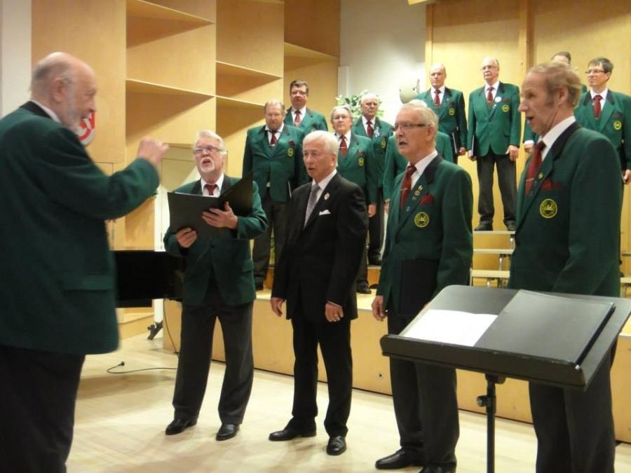 Ja tässä sitten kuoron perustajajäsenet. Kvartettia johtaa Mieslaulajien 30 ensimmäistä vuotta johtanut Kalle Ainola ja laulamassa Jorma Laurila, Harri Lindfors ja Jaakko Lindfors jotka edelleen mukana kuorossa sekä toisena vasemalta perustajajäsen director cantus Pekka Perko.