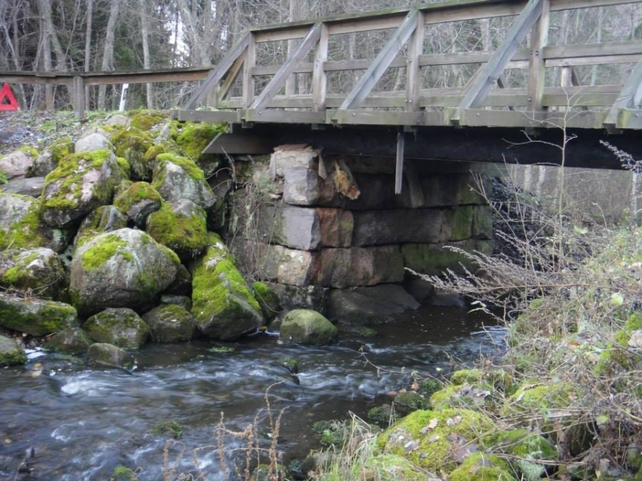 Tässä tuota upeaa Vanhakoskea Leppälahdentien sillan alta.