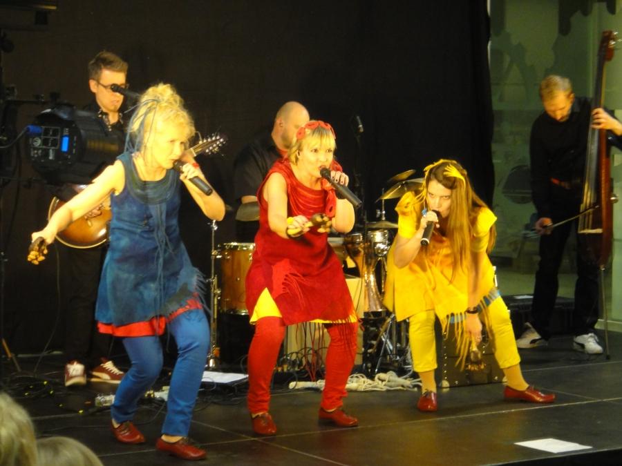 Mari Kaasinen Värttinän perustajana keskellä ja vasemmalla aina hurmaava Susan Aho ja keltaisessa bändin uusin Karoliina Kantelinen. Mahtava persoona ja taiteilija hänkin ja juurtunut bändiin hienosti. Sai minut hymyilemään monta kertaa. Ja toisenlaisiakin tunnelmia konsertti tarjosi. Sanoisinko tunnelmarikasta tänäänkin.