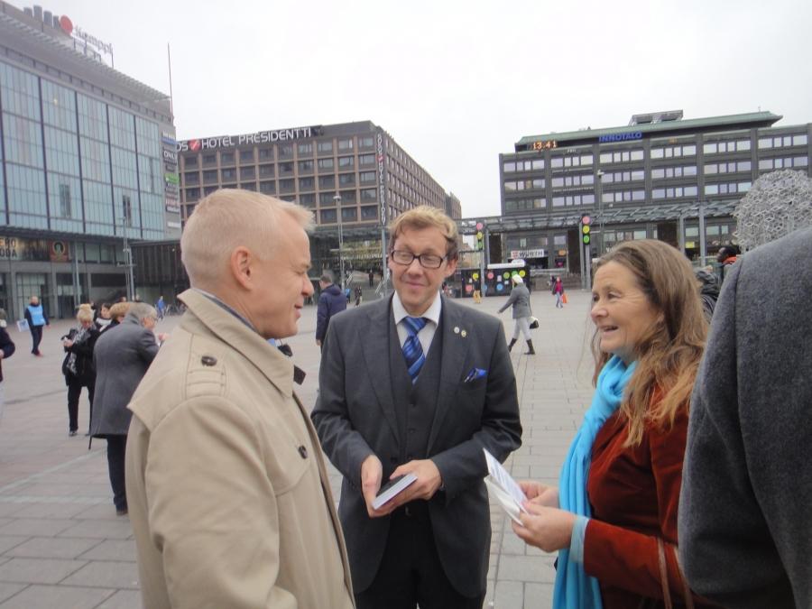 Mikäs Heinosen naaman tuohon asentoon veti? :) Hauska keskustelu ja mukana pohtimassa työnteon kannustavuutta kanssani myös mainio EU-vaaliehdokkaamme Jari Andersson.