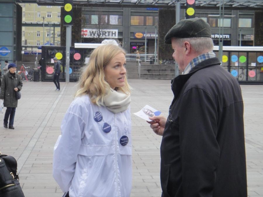 Aura Salla tai Salla Aura, kuinka vain haluatte :) Erinomaisen kampanjan jo kuntavaaleissa tehnyt Aura on yksi ehdottomista kärkiehdokkaistamme tulevissa EU-vaaleissa. Nuori ja osaava ja olen varma, että tekee näyttävän kampanjan. Olisiko hän EU-vaalien nuori yllättäjä ja läpimenijä? Voi hyvin olla.