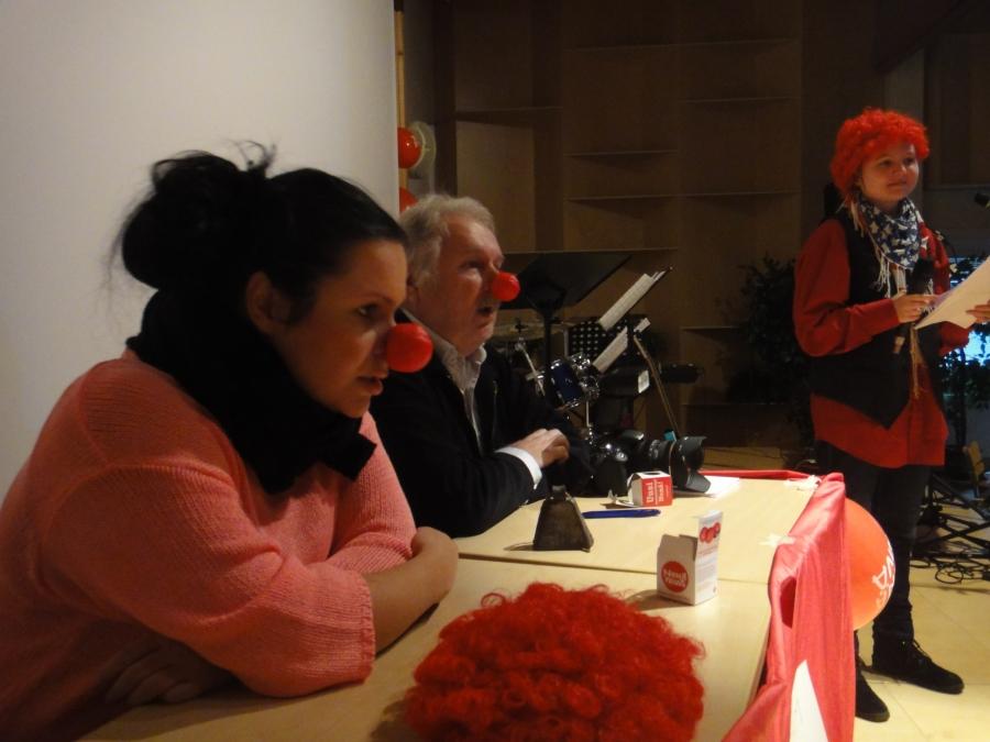 Lopen Lukion Nenäpäivän Gaalassa yhdessä tässä istuvien Sanna Saarelan ja Kare Aspin sekä Karoliina Viitasen kanssa.