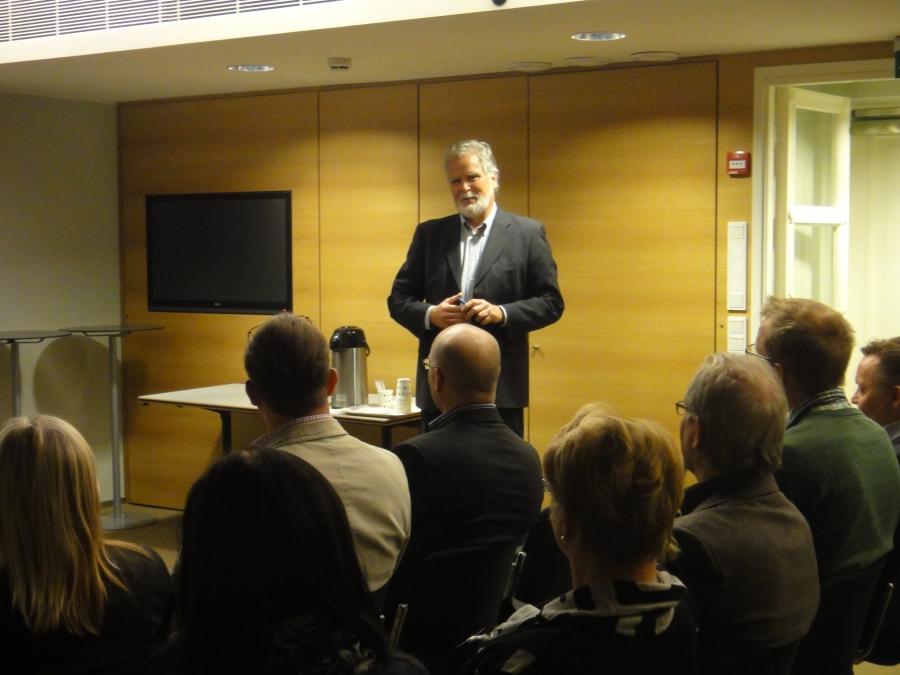 Suomen Moottoriliiton SML:n hallitus oli tänään vieraanani eduskunnassa. Tässä Martti Korhonen vieraiden jututettavana.