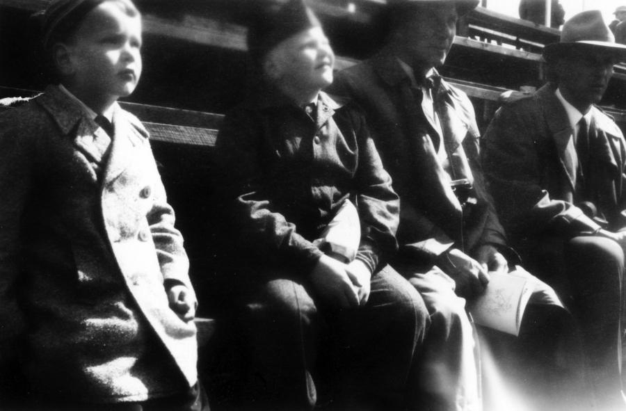 Ja tässä Eläintarhan Ajojen katsomossa Hevosojan miehiä. Vasemmalta kaksi nuorta miestä Länsiluodon poikia ja heidän vieressään isoisäni, vaarini, Paavo Heikkilä. Kuva ehkä vuodelta 1960.