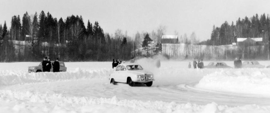 Enoni Tapio Heikkilä Saab 96 Sportilla Loppijärven jäällä.