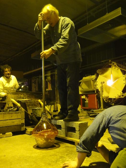 Ja tässä puhaltajamestari Kari Alakoski tekee uniikkia kastemaljaa kotipihan kiven päälle.