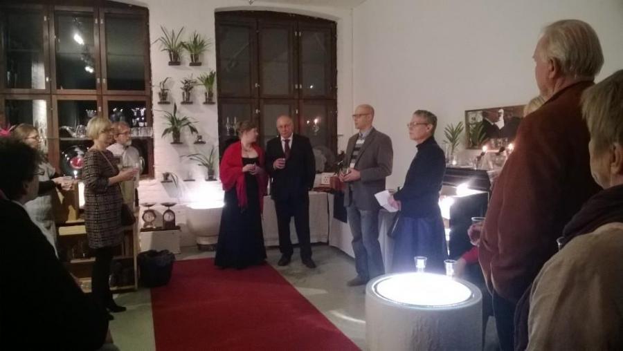 Ja upea pieni näyttelyhuone oli täynnä toinen toistaa kauniimpia lasiesineitä. Ammattilaisten kädenjälki näkyi kaikessa. Keskellä Marja Hepo-Aho ja Kari Alakoski.