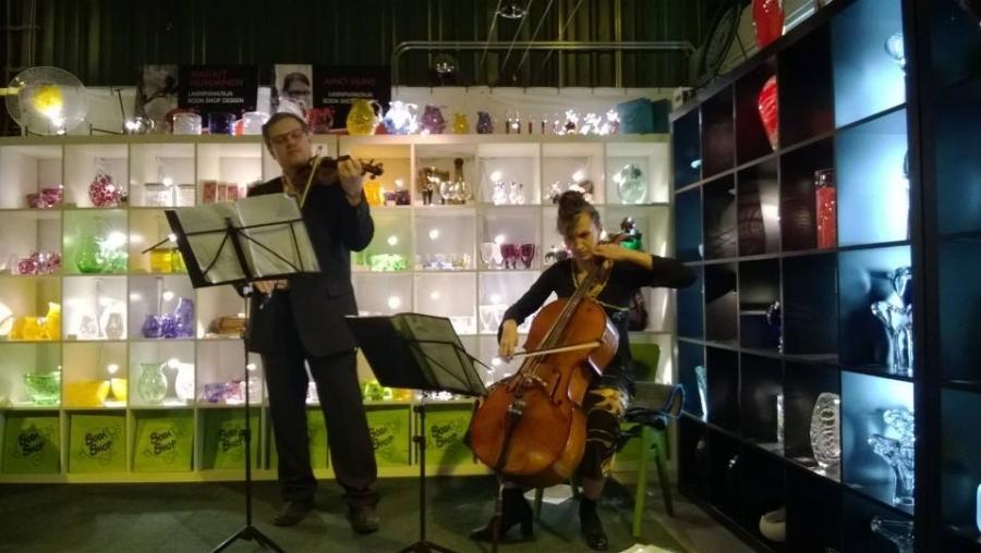 Ja avajaisiltaan sisältyi myös musiikkia... Musiikista vastasivat Renata ja Anton Solonen.