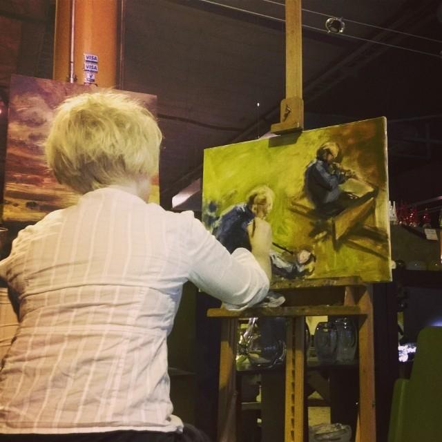 ... ja kuvataidettakin Lasinpuhaltajista. Taidemaalari Johanna Ryönänkoski työnsä ääressä. Hienoja ohjelmanumeroita.