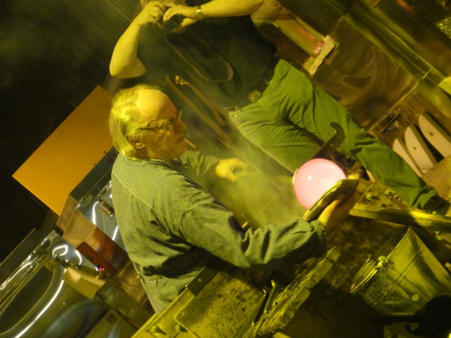 Ja tässä vielä puhaltajamestari Kari Alakoski tekemässä uniikkia kastemaljaa pihakiven päälle...