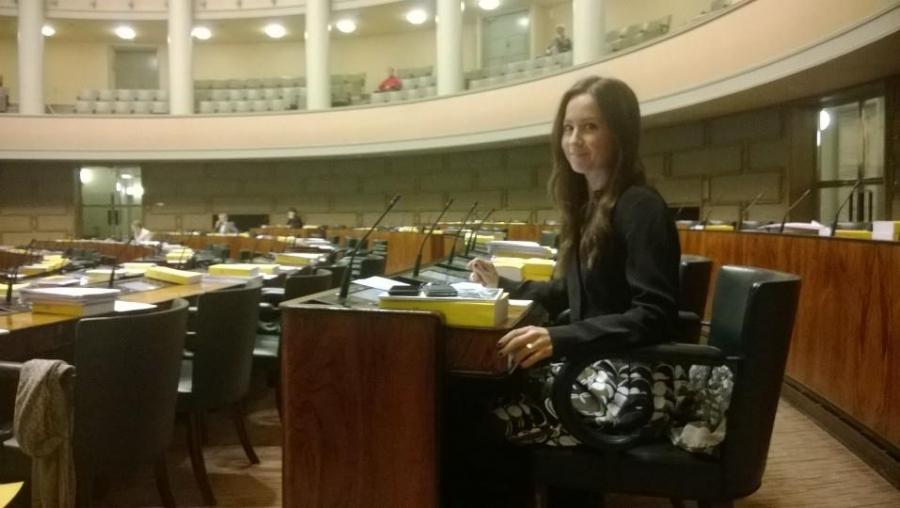 Jaana Pelkonen kuunteli salissa keskustelua lakialoitteestaan. Harmi, että tärkeä asia ei kiinnostanut kuin muutamaa demaria ja muutamaa meidän kansanedustajaa.