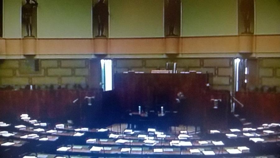 Ja sitten puhemies Antti Joutsenlahden nuija on kopsahtanut pöytään ja istunto päättyi. Kello kahdeksan noin suurin piirtein tänään.