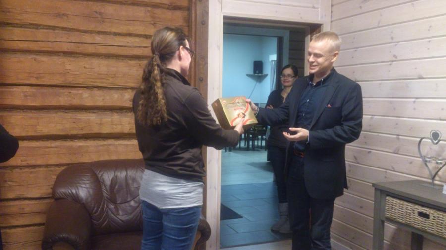 Vierailimme tänään Lopen Kokoomuksen väen kanssa Vojakkalan Juhlatalolla. Talon emäntä Raija Holappa esitteli meille upeaksi remontoitua taloa ja jatkosuunnitelmia. Ja kiitokseksi vieraanvaraisuudesta annoimme heille pienen paketin.